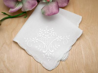 Scallop Edge German Ladies Handkerchief with Daisy Bouquet
