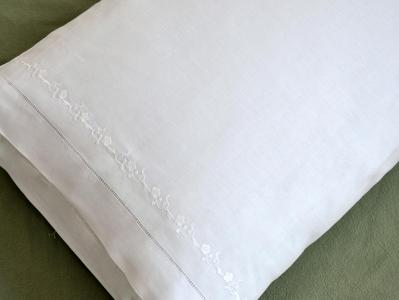 Pair of Cotton Pillowcases with A Daisy Chain Design