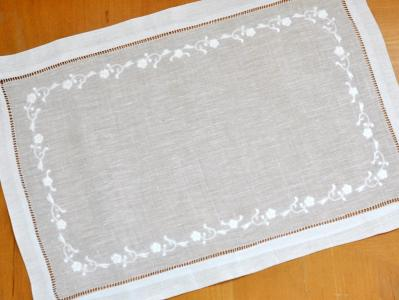 4 Pc Set White Linen Placemats With Chain of Daisies