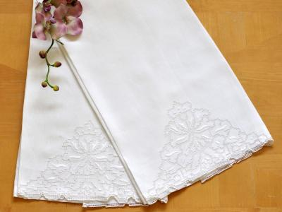 Set Of 2 Linen Guest Bath Towels With A Floral Pinwheel Design