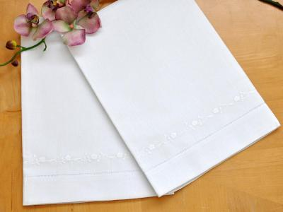 Set of 2 Linen Embroidered Daisy Chain Bath Towels