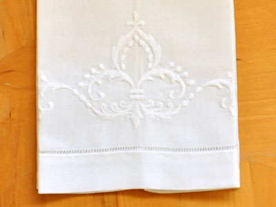 Set Of 4 Linen Tea Towels With A Regal Fleur De Lis Design